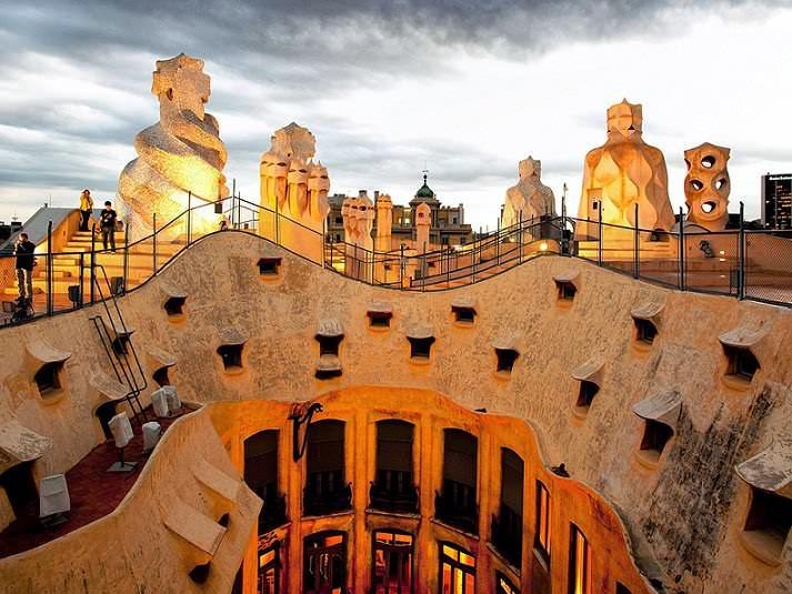 """Casa Milà También conocida como """"La Pedrera"""""""