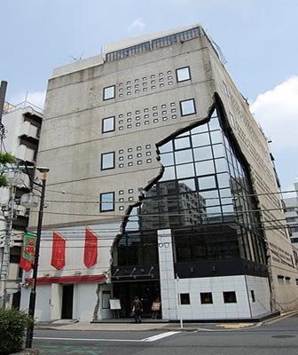 Edificios pol micos con fachadas deconstructivistas for Edificios minimalistas