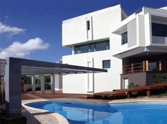 Casa moderna con piscina pons arquitectos rep blica for Imagenes de casas con piscina modernas