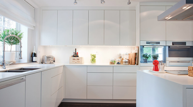 15 cocinas blancas de estilo minimalista arquitexs - Cocinas blancas lacadas ...