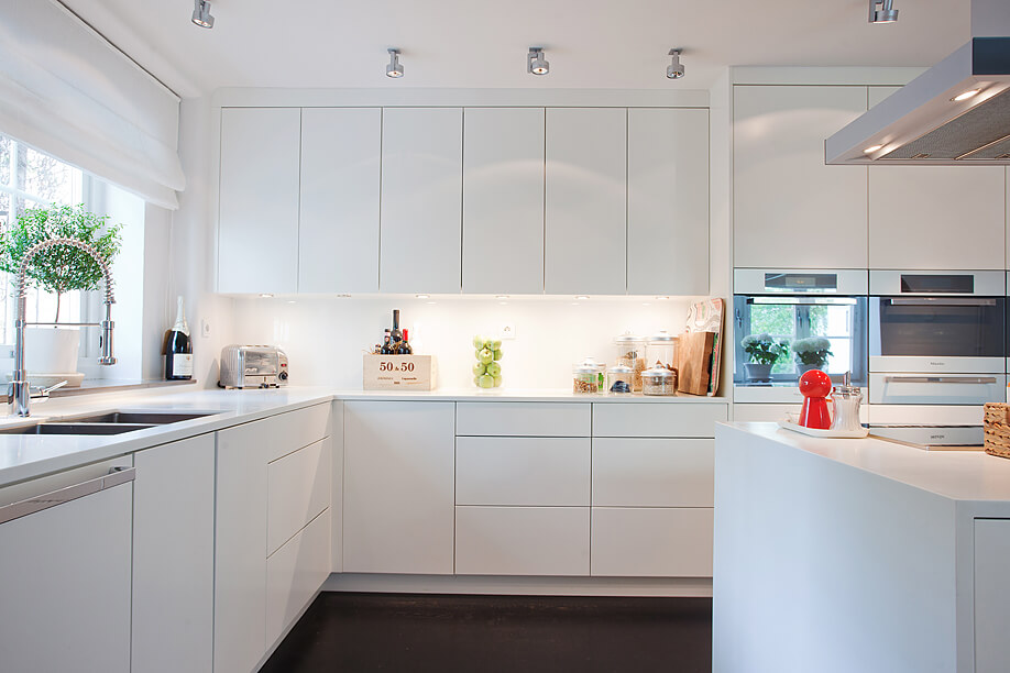 15 cocinas blancas de estilo minimalista arquitexs for Adornos cocinas modernas