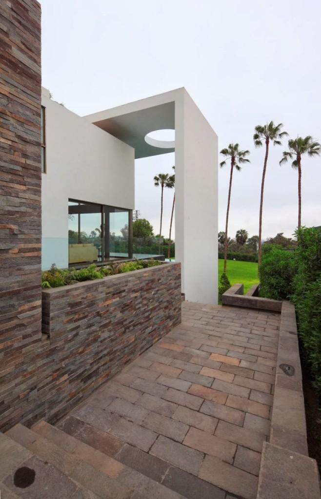 Casa con fachada moderna en la colina jose orrego en for Casa moderna 2014 espositori