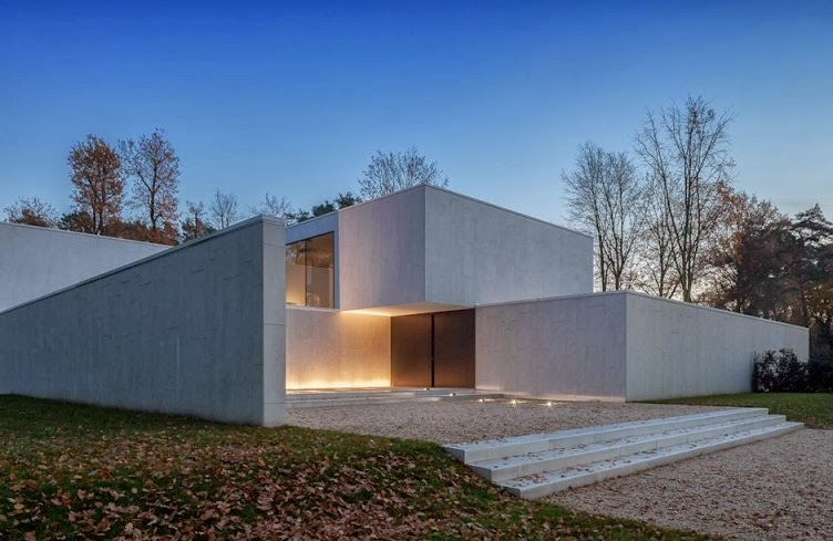 Arquitectura minimalista casa dm por cubyc architects for Fachadas oficinas minimalistas
