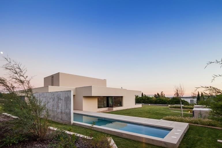 Casa belas dise o minimalista est dio urbano arquitectos for Casa minimalista con piscina