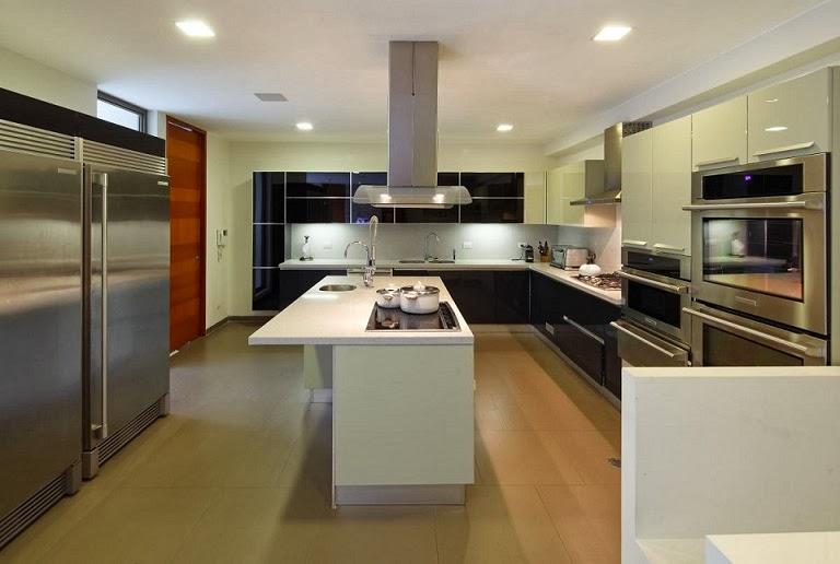 Casa con fachada moderna en la colina jose orrego en for Cocinas grandes modernas