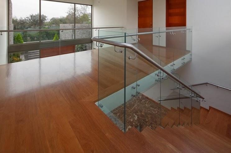 Casa con fachada moderna en la colina jose orrego en - Baranda de cristal ...
