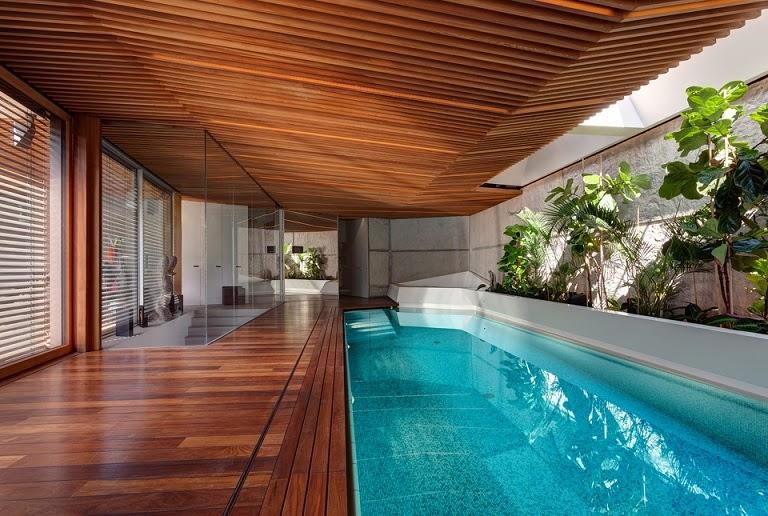 Casa spa con piscina jacuzzi y sauna for Casas de madera con piscina