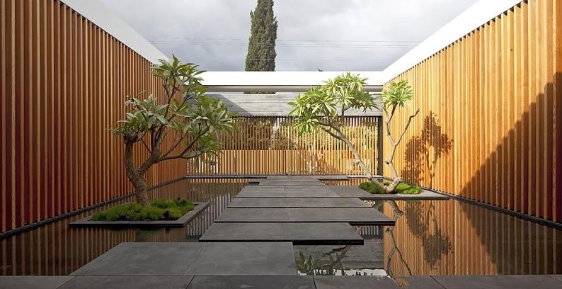 Casa float muros de cristal pitsou kedem architects - Muro de madera ...