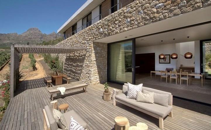 casa hillside fachada de piedra y madera gass