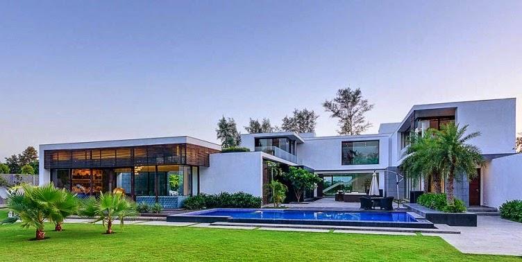ambas plantas de la moderna casa estn vinculados a travs de un espacio de doble altura central que contiene una escalera esculpida