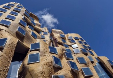 "Edificio Ondulante ""Dr. Chau Chak Wing"" / Arquitecto Frank Gehry, Sídney"