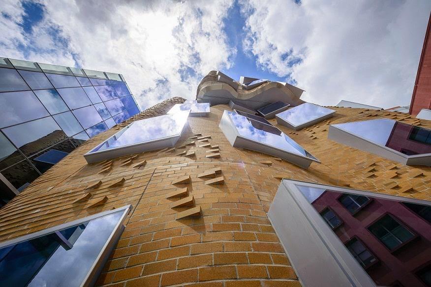 fachada-ladrillo-Edificio-Dr-Chau-Chak-Wing-Arquitecto-Frank-Gehry