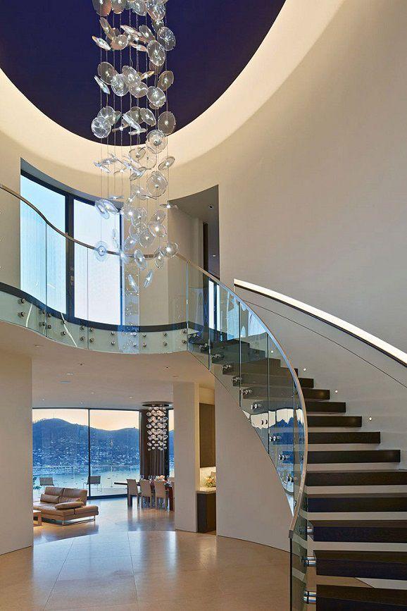 Moderna casa de paredes curvas con vista a bah a de san for Pisos para escaleras minimalistas