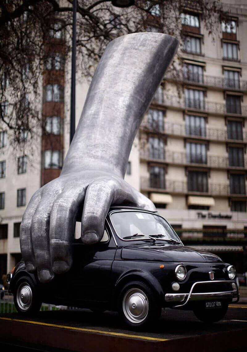 Lorenzo Quinn escultura Vroom vroom