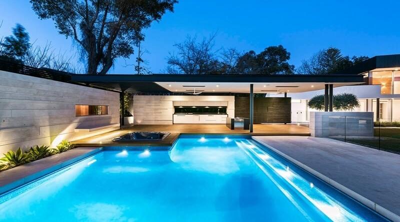 Casa de 1980 reformada al estilo moderno arquitexs for Casas de madera con piscina