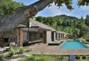 Moderna casa de piedra en una colina italiana