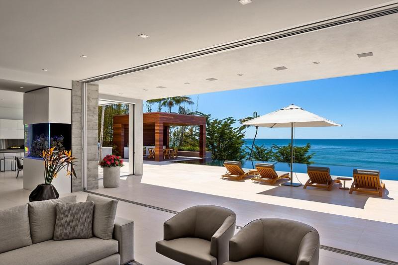 Moderna casa en malibu con vistas al mar arquitexs for Casa moderna frente al mar