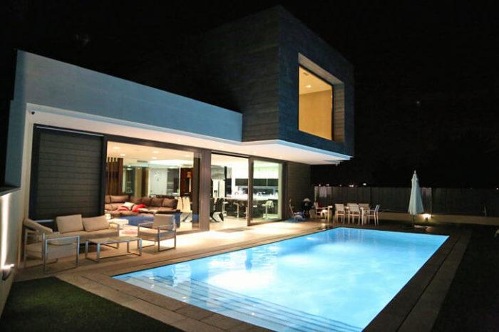 35 fotos de fachadas de casas modernas arquitexs for Casas con piscina interior fotos