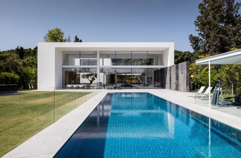Casa minimalista en Savyon / Pitsou Kedem arquitectos