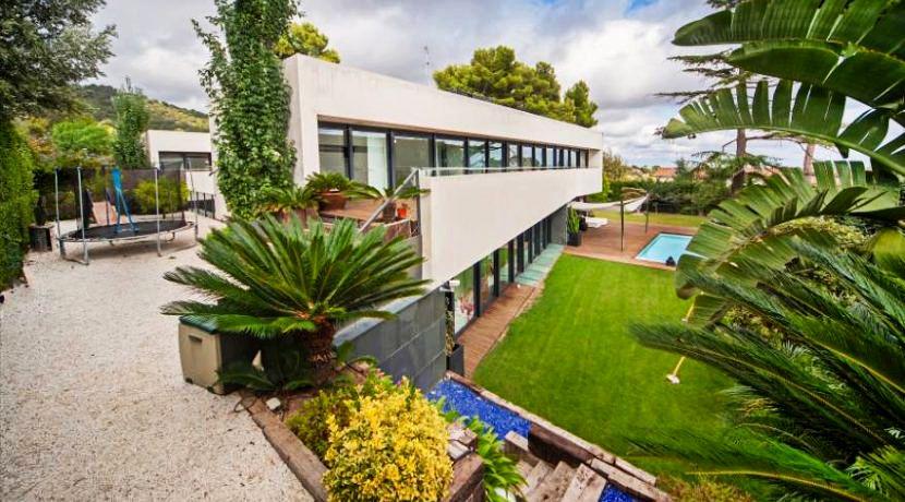 Fachada casa minimalista con piscina venta barcelona for Casa minimalista barcelona capital