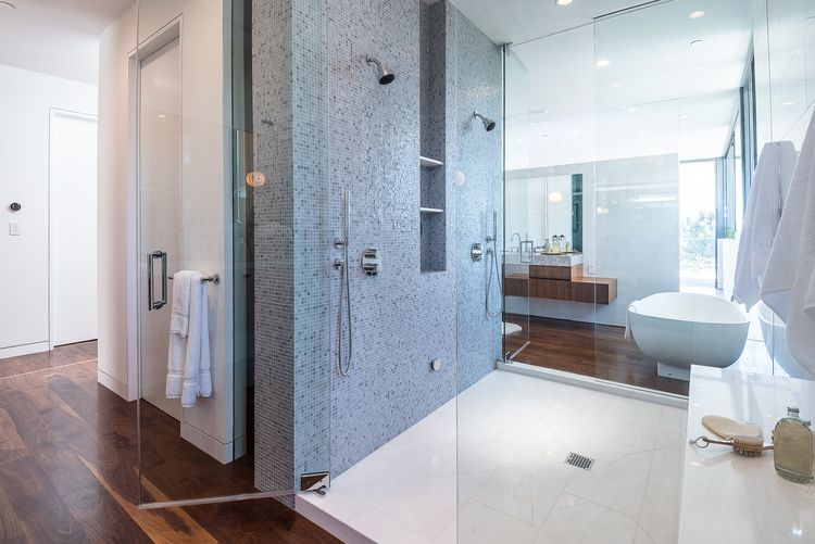 ducha-bano-moderno-Amalfi-Drive-Residence